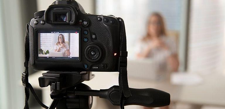Präsentation vor Kamera; Symbolbild Colourbox