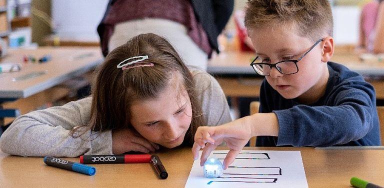INTERREG-Projekt Informatikkoffer: Mit Markierungen und Farbcodes erteilen Kinder in der Grundschule kleinen Lernrobotern Befehle.